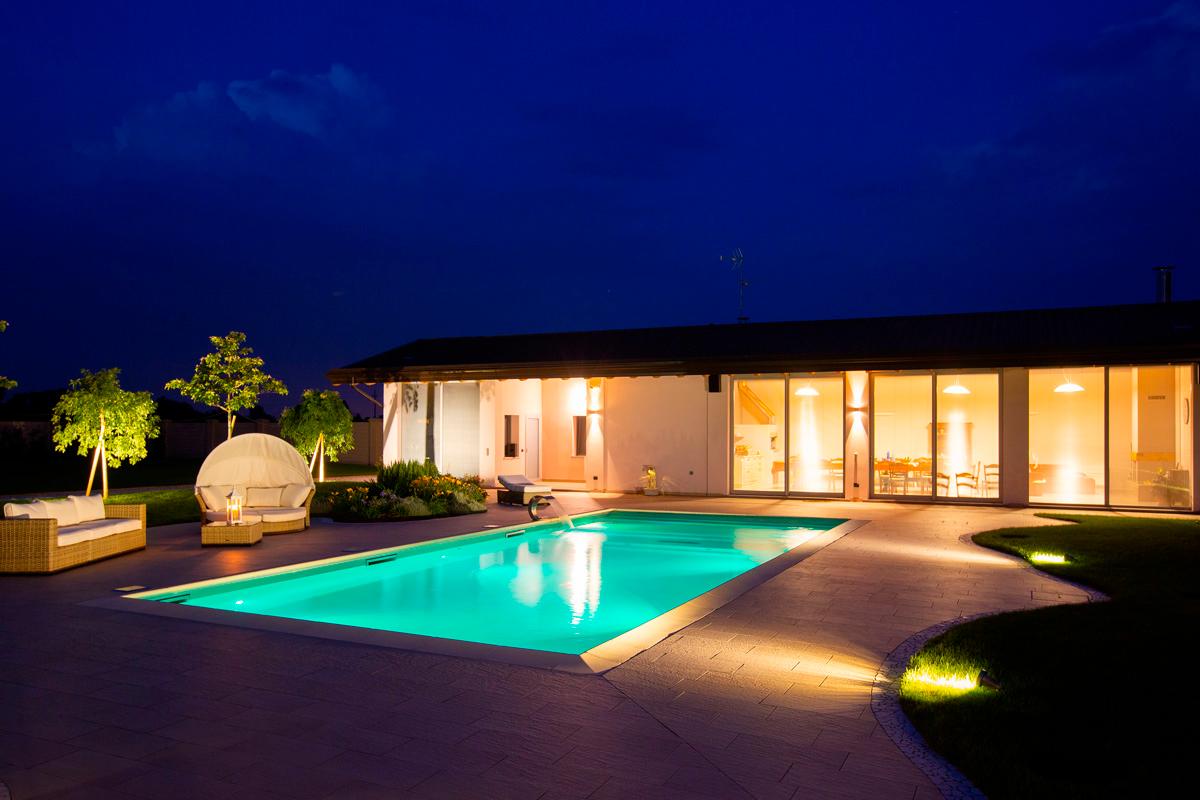 Vista notturna di una piscina di lusso Perle d'Acqua